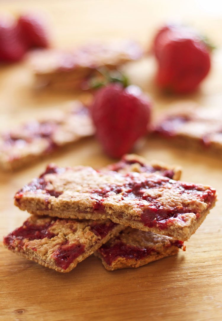 Strawberry Breakfast Bars | www.reciperunner.com