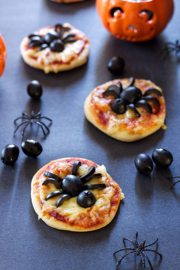 http://reciperunner.com/mini-spider-pizzas/