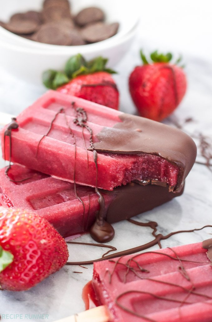 Chocolate Dipped Strawberry Red Wine Popsicles #popsicles #wine #strawberries #chocolate