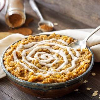 Pumpkin Cinnamon Roll Oatmeal |Pumpkin and cinnamon roll flavors are combined together in this delicious bowl of oatmeal!