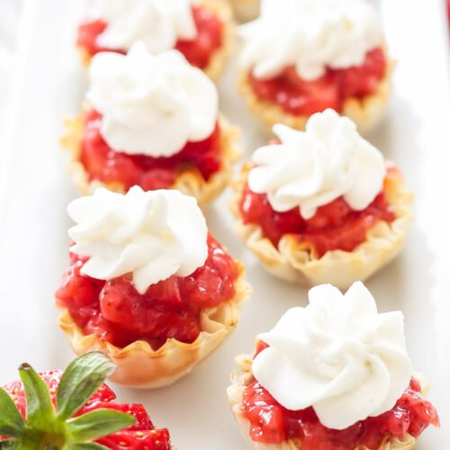 No Bake Strawberry Pie Bites | These No Bake Strawberry Pie Bites are the perfect way to have your summer fruit pie without turning on the oven!